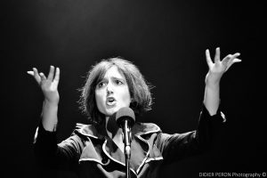 Edith Piaf, chanteuse, comédienne, actrice, Back In Time, spectacle, show, musique, portrait, bnw, black and white, Kameliya Afshari, scène, stage, face, expressions, mains, hands, singer, comedian, actress, française, iranienne, French, Persian, Persian woman, singing, one-woman-show